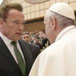 Papa cumprimenta Arnold Schwarzenegger