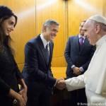 Papa entrega medalha a atores hollywoodianos