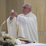 Papa: cristão ajuda sempre com alegria, sem fazer 'cara feia'