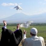 Papa conclui viagem à Armênia soltando pombas na fronteira com a Turquia