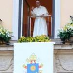"""Papa abençoa recém-casados e dá """"boa noite"""" em polonês"""