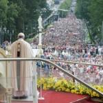 Deus salva sendo pequeno, próximo e concreto, diz Papa