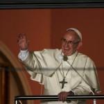 Papa saúda jovens da janela papal em Cracóvia