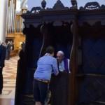 Papa Francisco atende confissões de fiéis em Assis
