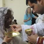 Nunca é tarde: aos 101, brasileira recebe a Primeira Comunhão
